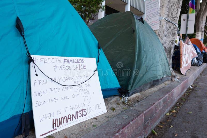 Affiches autour du centre de détention métropolitain photographie stock
