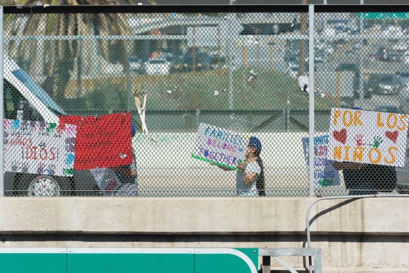 Affiches autour du centre de détention métropolitain images libres de droits
