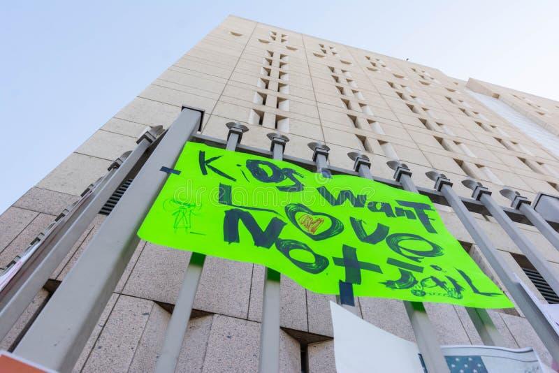 Affiches autour du centre de détention métropolitain image libre de droits