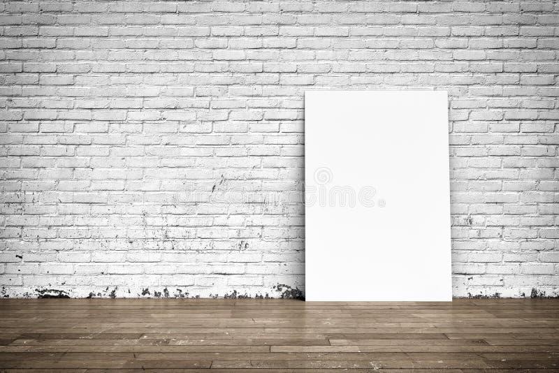 Affiches blanches sur le plancher de mur de briques et en bois photos stock