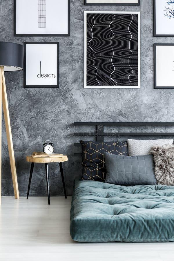Affiches in donker slaapkamerbinnenland stock fotografie