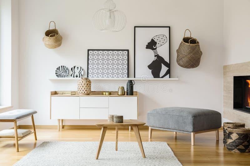 Affiches et paniers sur le mur blanc dans l'intérieur plat lumineux avec W photo libre de droits