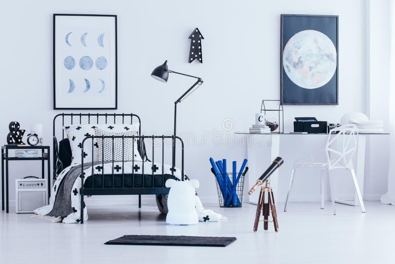 Affiches lunaires dans la chambre à coucher du ` s d'enfant image libre de droits