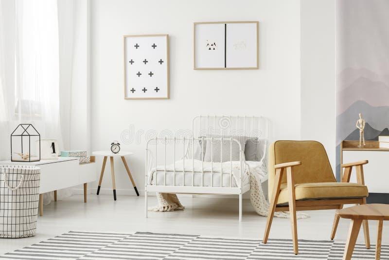 Affiches minimalistes dans la chambre à coucher du ` s d'enfant image stock
