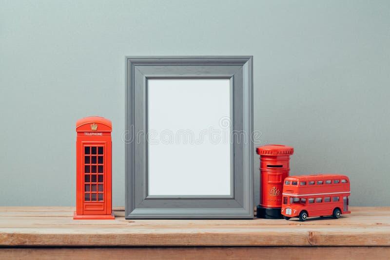 Affichespot op malplaatje met de telefooncel van Londen en rode bus Reis en toerisme stock foto