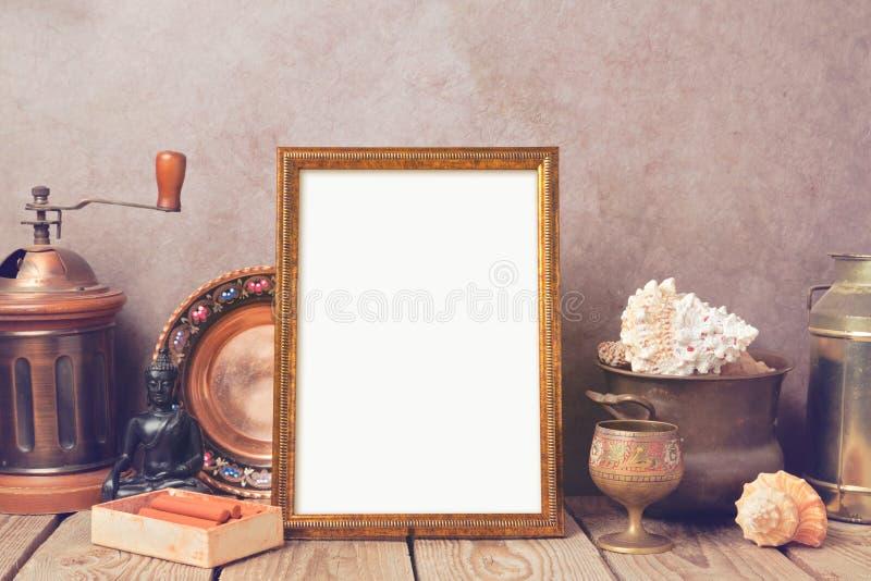 Affichespot op malplaatje met oude inzamelingsvoorwerpen op houten lijst royalty-vrije stock afbeelding
