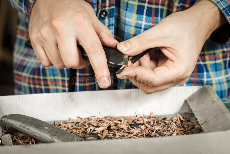 Affilage d'un crayon avec un couteau de papeterie photos libres de droits