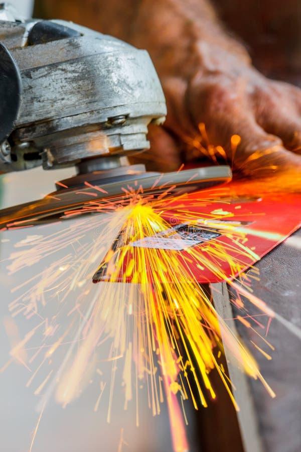 Affilage de l'outil avec les étincelles rapides rougeoyantes photographie stock libre de droits