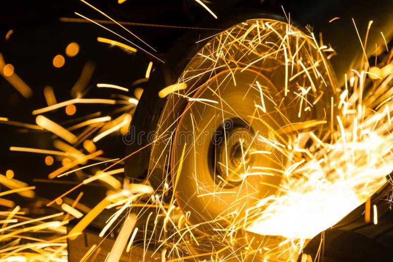 Affilatura e taglio del ferro dal disco abrasivo fotografia stock