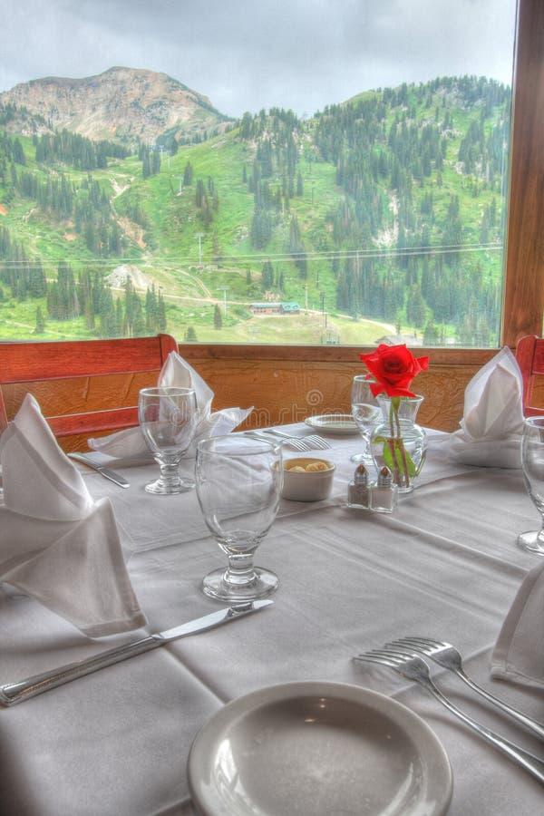 Affinez diner la table de restaurant photographie stock