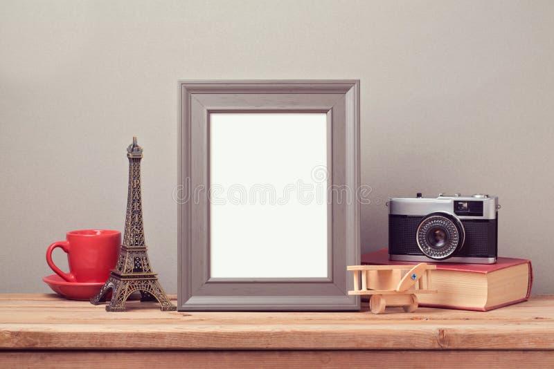 Affischåtlöje upp mall med Eiffeltorn och tappning filmar kameran Resa och turism arkivbilder
