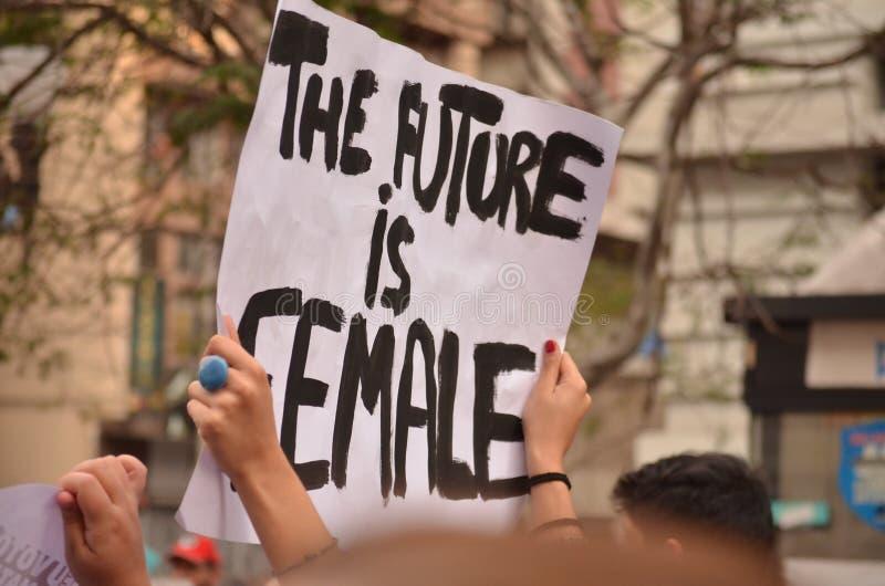 Affisch för demonstrant` s: framtiden är kvinnlig royaltyfri foto