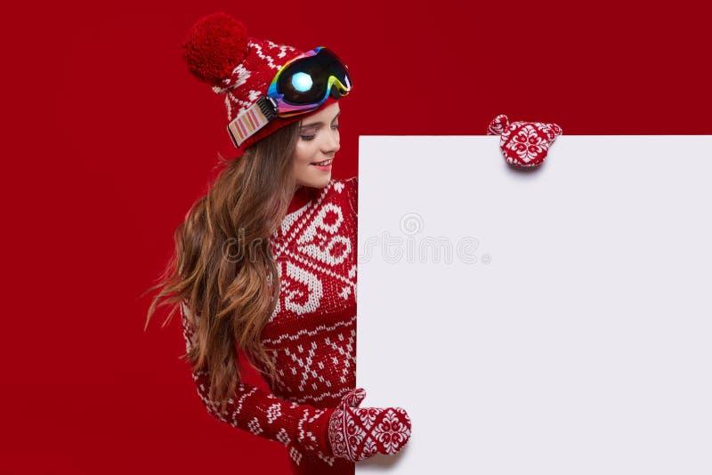 Affisch för försäljning för håll för leende för vinterflicka lycklig, attraktivt ungt excit royaltyfri foto