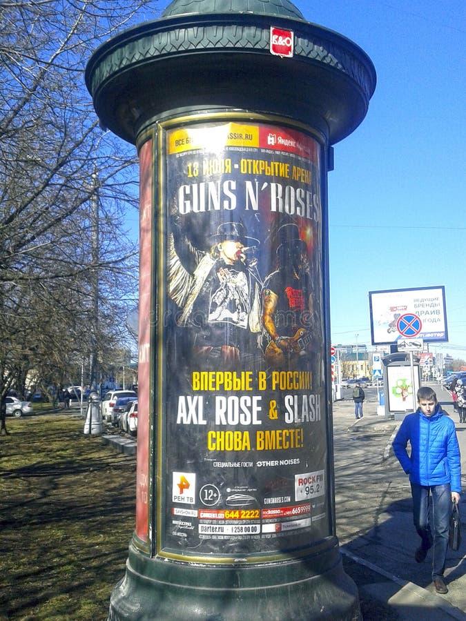 Affisch med annonseringen av de framtida rosorna för konsertvapen n i Moskva royaltyfria foton
