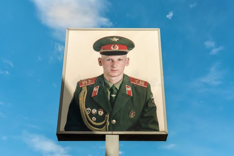 Affisch med rysssoldaten på Checkpoint Charlie i Berlin, Ger royaltyfria foton