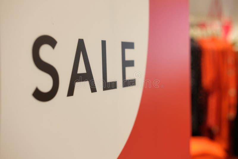 Affisch om stor försäljning i shoppinggalleria royaltyfria foton