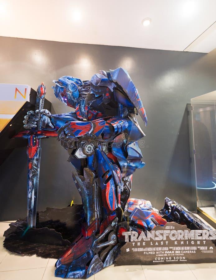 Affischen av transformatorer är riddaren som kommer snart i malaysisk cine arkivbild