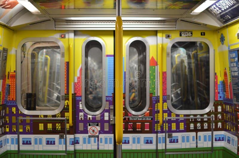 Affischer för design för bil för New York City gångtunnelMTA och nytt drev för färgrika väggar arkivfoto