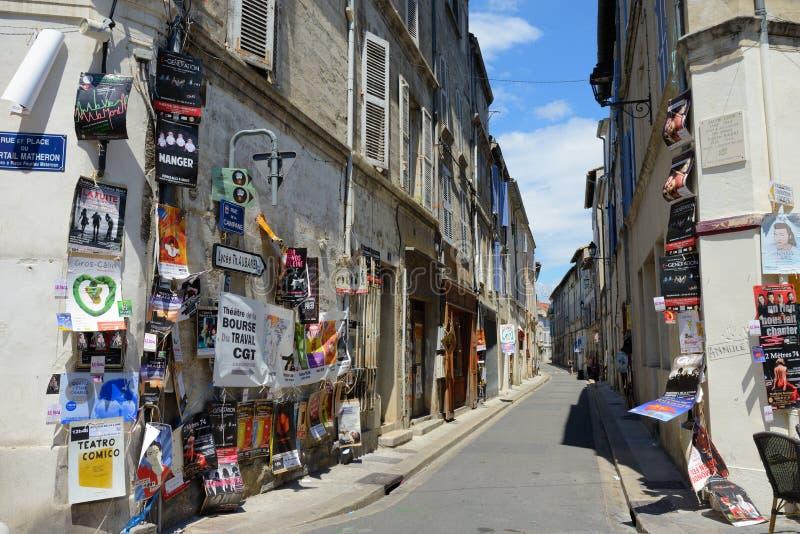 Affischer på gatan, Avignon teaterfestival royaltyfria bilder