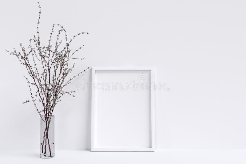 Affischmodell med den vit ramen och vit Blackground stock illustrationer