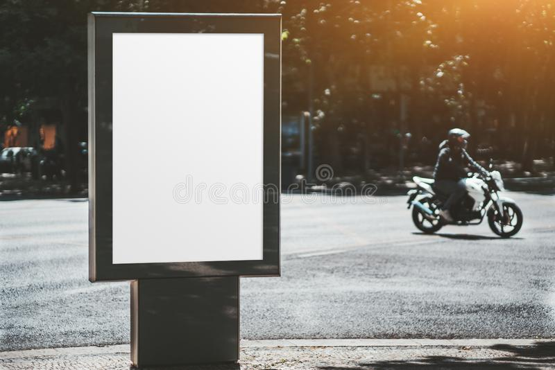 Affischmodelldet fria, cyklist bakom royaltyfria bilder