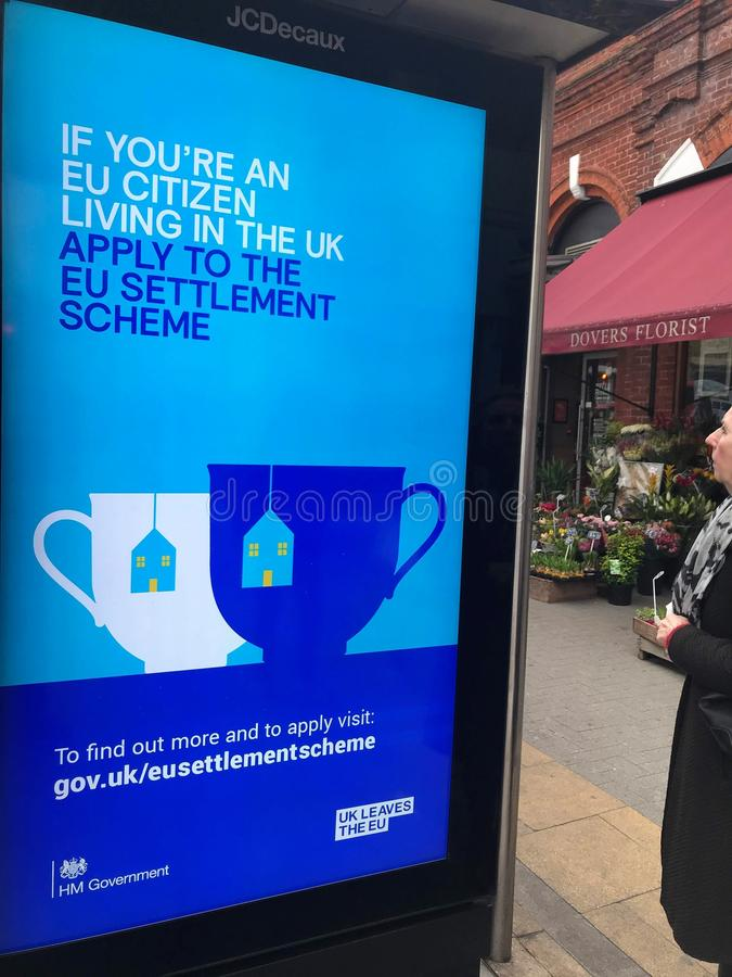 Affischtavla av HM Goverment i gatan av London, UK arkivbild