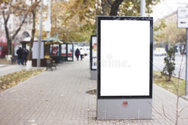 Affischtavla baner som är tomt, vit på en hållplats arkivbilder
