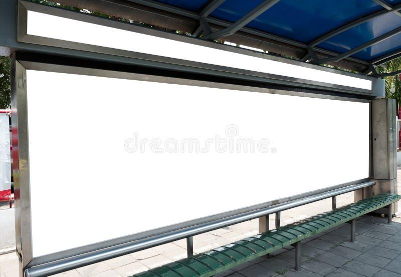 Affischtavla baner som är tomt, vit på en hållplats arkivfoto