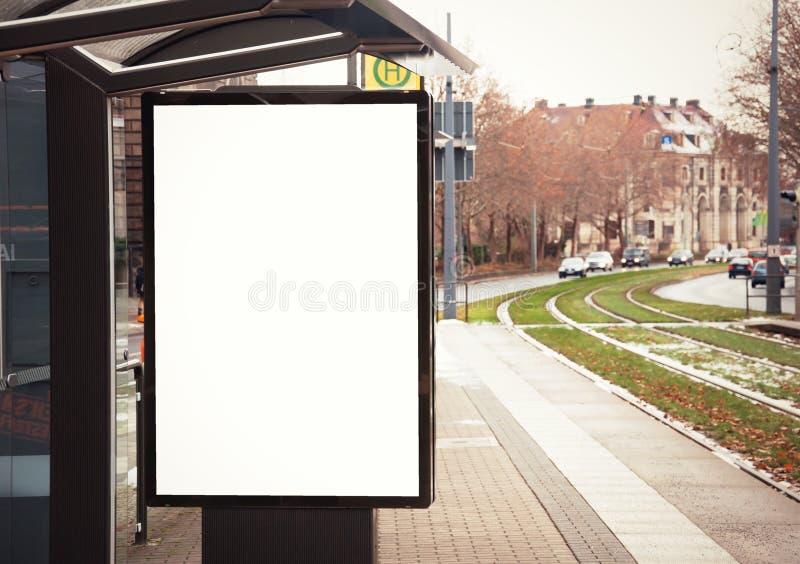 Affischtavla baner som är tomt, vit på hållplatsen arkivfoto