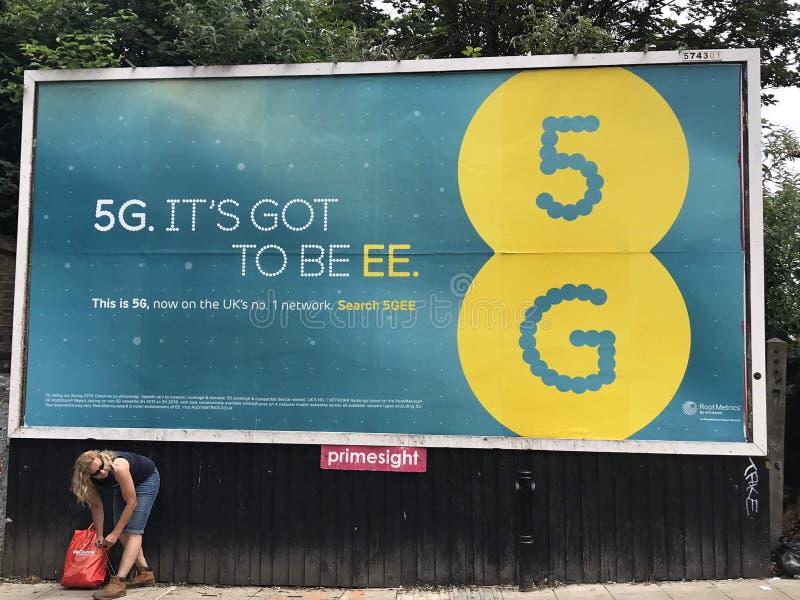 Affischtavla för EE 5G på gatan av London royaltyfria foton