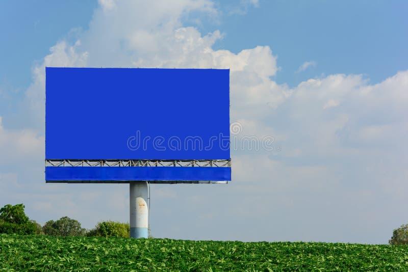 Affischtavla med den tomma blåa skärmen fotografering för bildbyråer