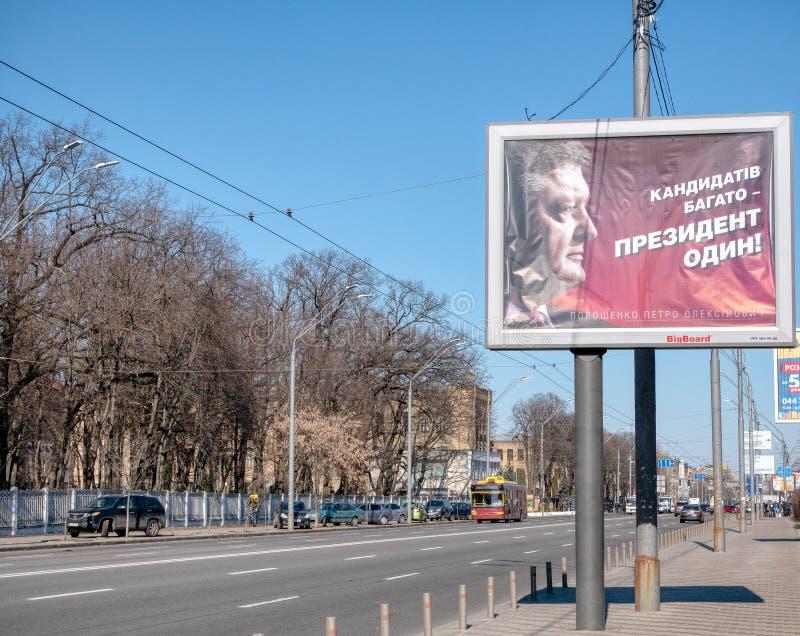 Affischtavla med den ukrainska presidenten Petro Poroshenko vid en av den huvudsakliga avenyn i den Kiev rätten för presidentval royaltyfri bild