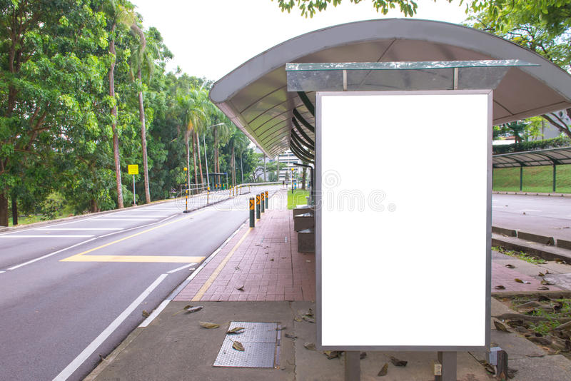 affischtavla på bussstationen på vägen med stadssiktsbakgrund för a royaltyfri bild