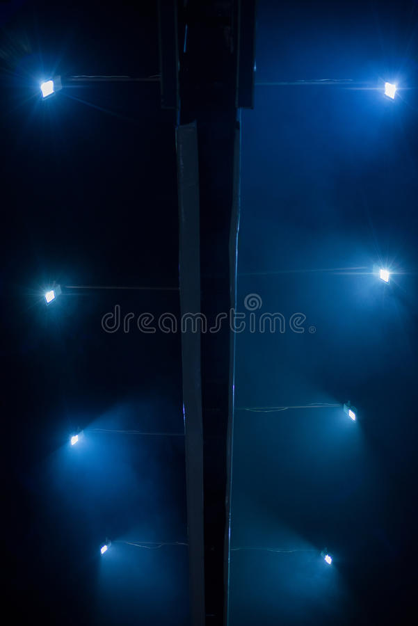 Affischtavla som är upplyst vid strålkastare på natten royaltyfri bild