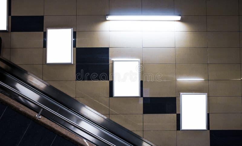 Affischtavlamellanrumsmodell och tom ram för mall för logo eller text på den yttre gatan som annonserar bakgrund för affischskärm arkivfoto
