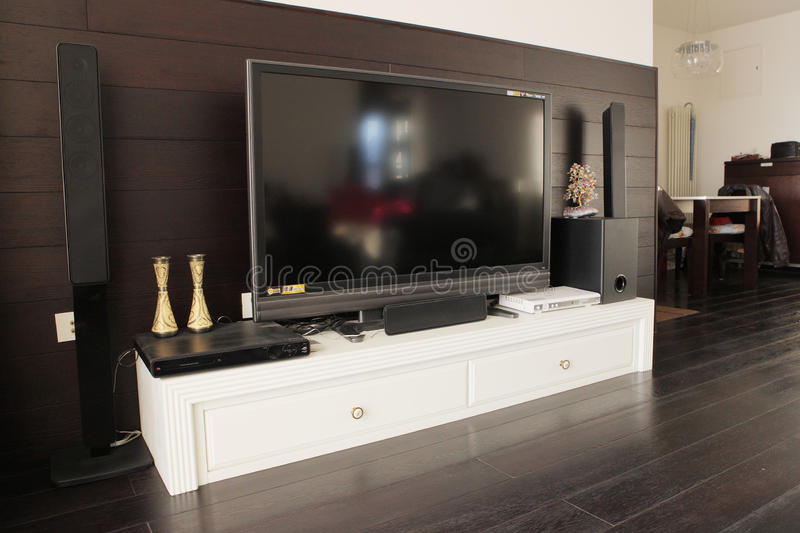 Affissione a cristalli liquidi TV in salone fotografie stock libere da diritti