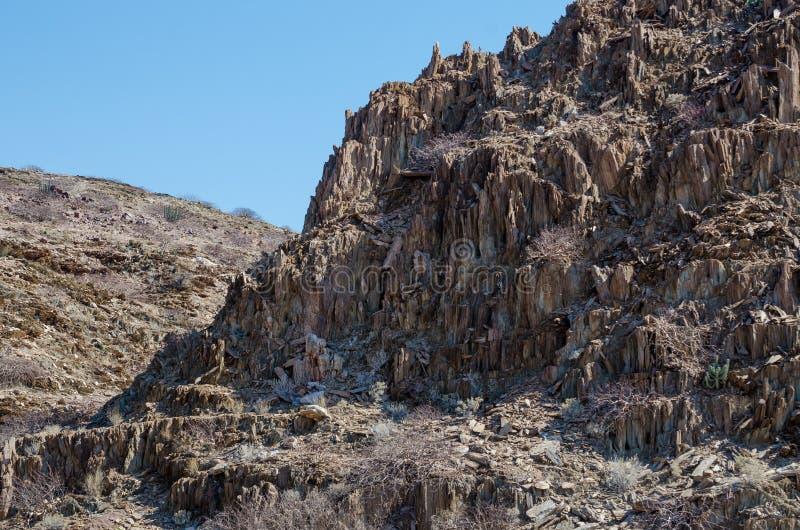 Affleurement rocheux dans le désert de Namib aride de l'Angola image stock