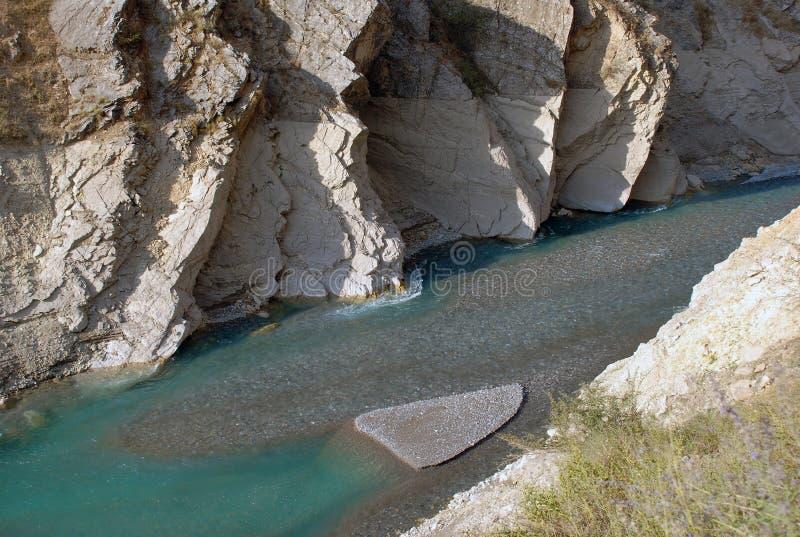 Afflux de courant principal de lac profond images stock