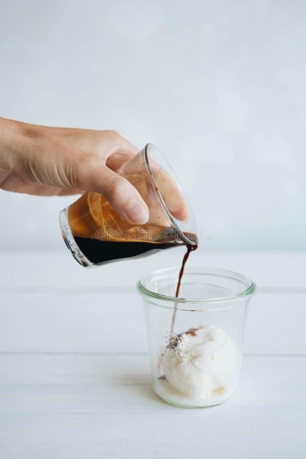 Affogato кофе с ванильным мороженым и эспрессо стоковые фотографии rf