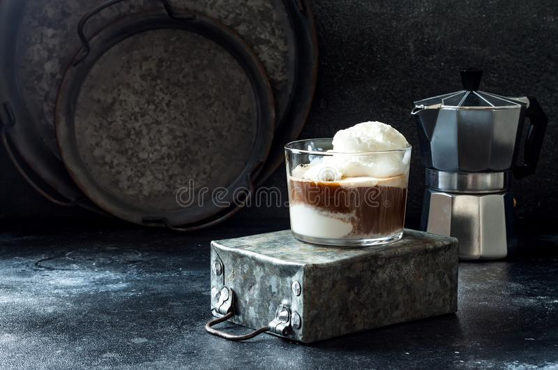 Affogato kaffe med vaniljglass Sommarkaffedrink med glass och espresso i exponeringsglaset royaltyfri fotografi