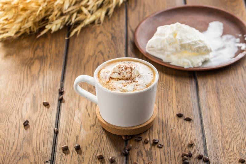 Affogato-Kaffee mit Eiscreme in den Glasschalen- und Weizenspitzen auf Holztisch lizenzfreies stockfoto