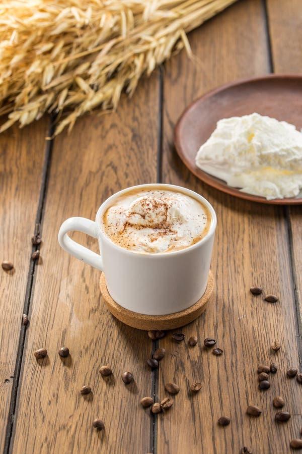 Affogato-Kaffee mit Eiscreme in den Glasschalen- und Weizenspitzen auf Holztisch stockfotos