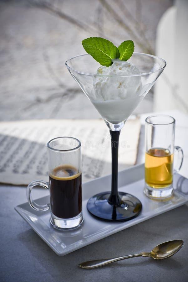 Affogato z z lody, truskawki, nowi liście, kawa espresso i ajerkoniak na, wykładamy marmurem stół zdjęcie stock