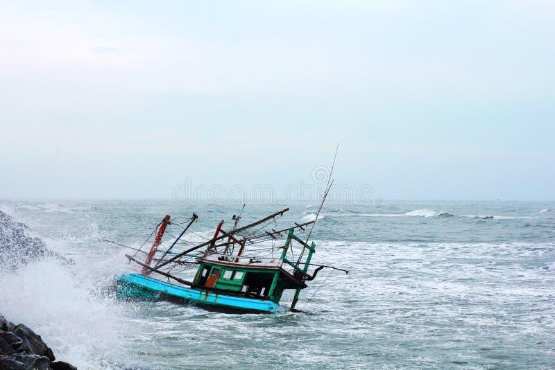 Affondamento della barca fotografie stock libere da diritti