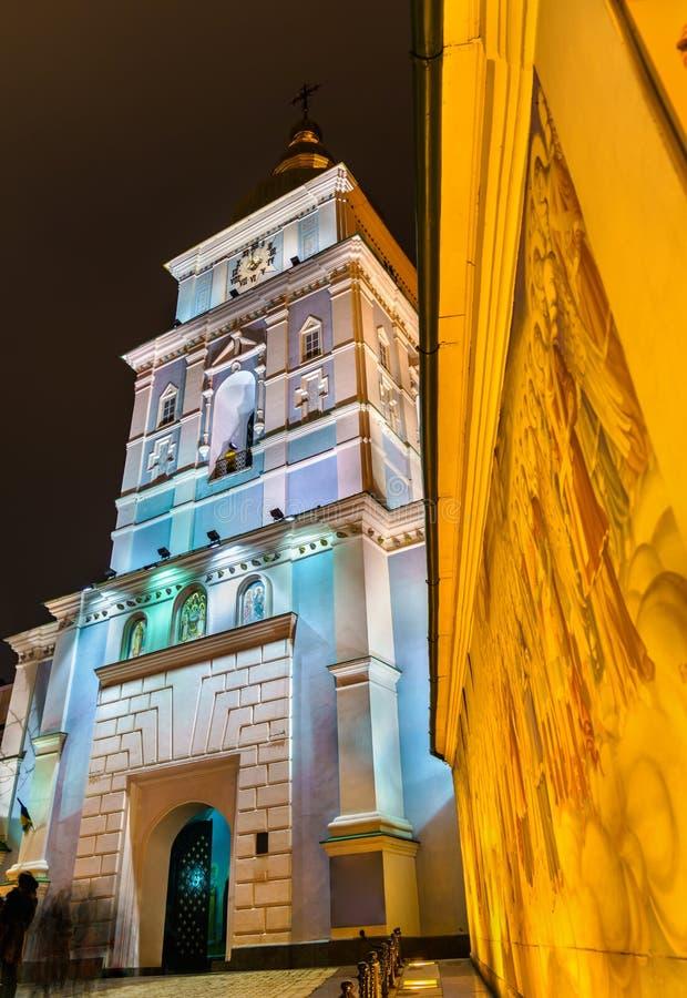 Affreschi e campanile del monastero Dorato-a cupola del ` s di St Michael a Kiev, Ucraina immagine stock