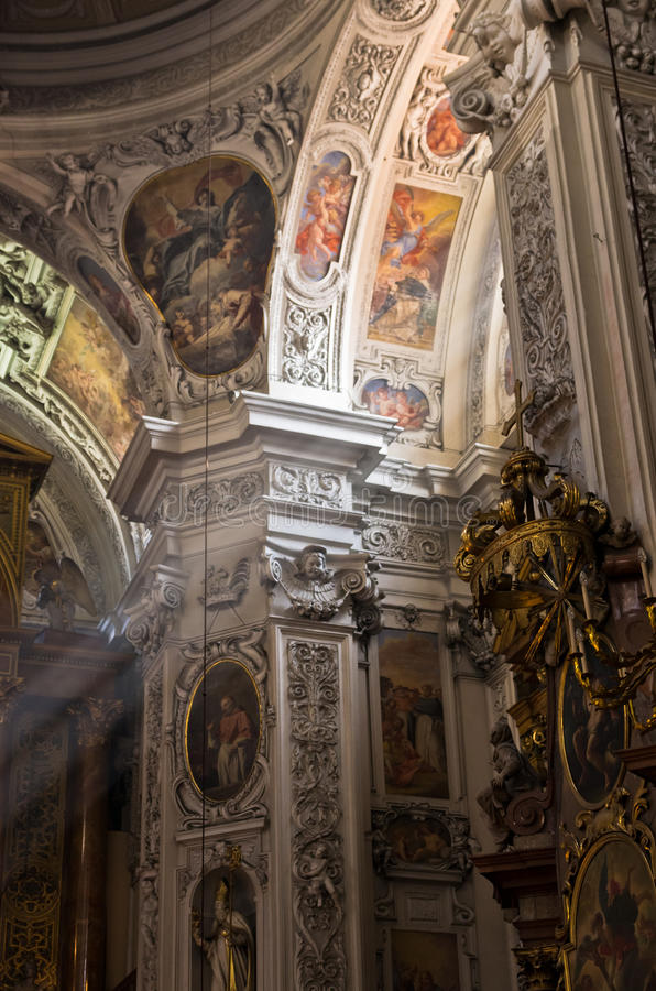 Affreschi ed altre belle decorazioni dentro la chiesa domenicana a Vienna fotografie stock libere da diritti