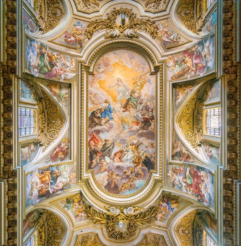 Affresco con il ` Triumph dell'ordine del ` di St Francis da Giovan Battista Gaulli, in basilica del Santi XII Apostoli, a Roma fotografie stock