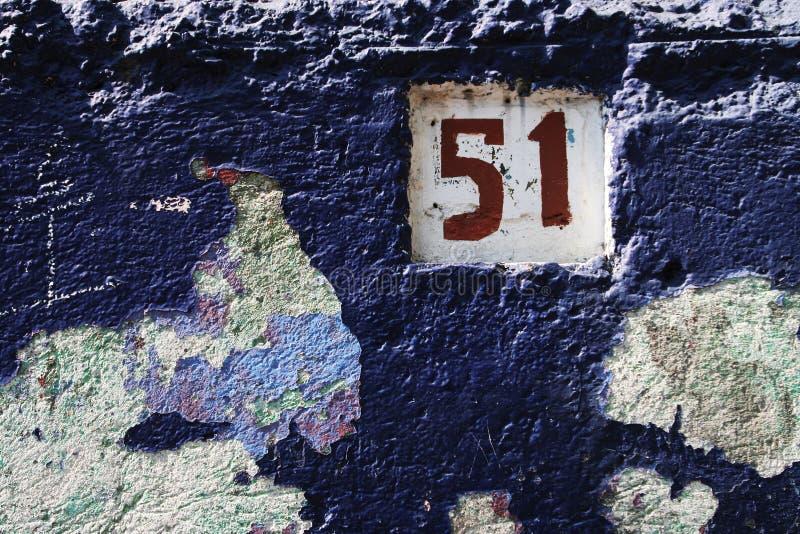 Affrontato blu e numero di una casa fotografia stock libera da diritti