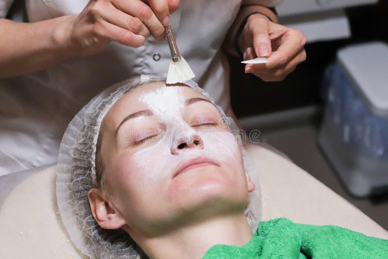 Affronti la maschera della sbucciatura, il trattamento di bellezza della stazione termale, skincare fotografie stock libere da diritti