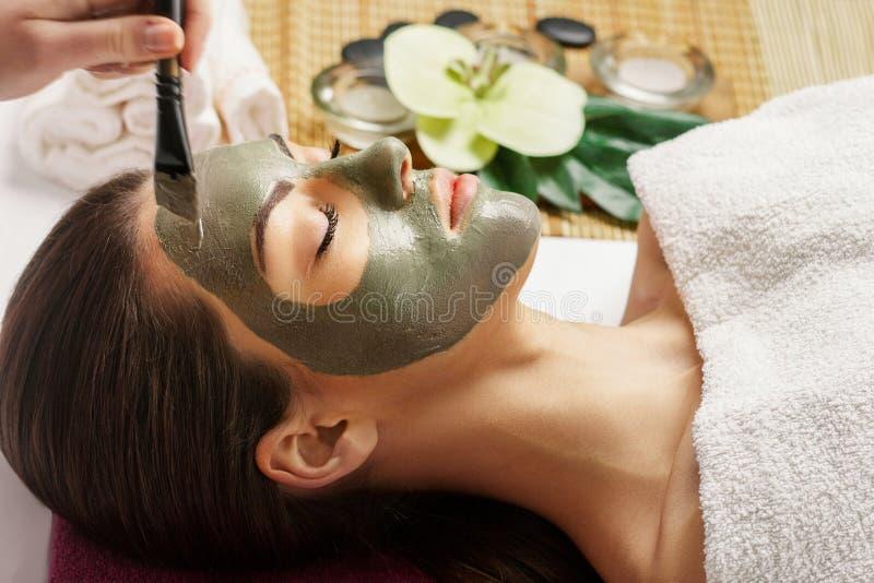 Affronti la maschera della sbucciatura, il trattamento di bellezza della stazione termale, skincare Donna che ottiene cura faccia fotografia stock